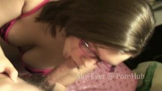 Devojka sa roze naocarima